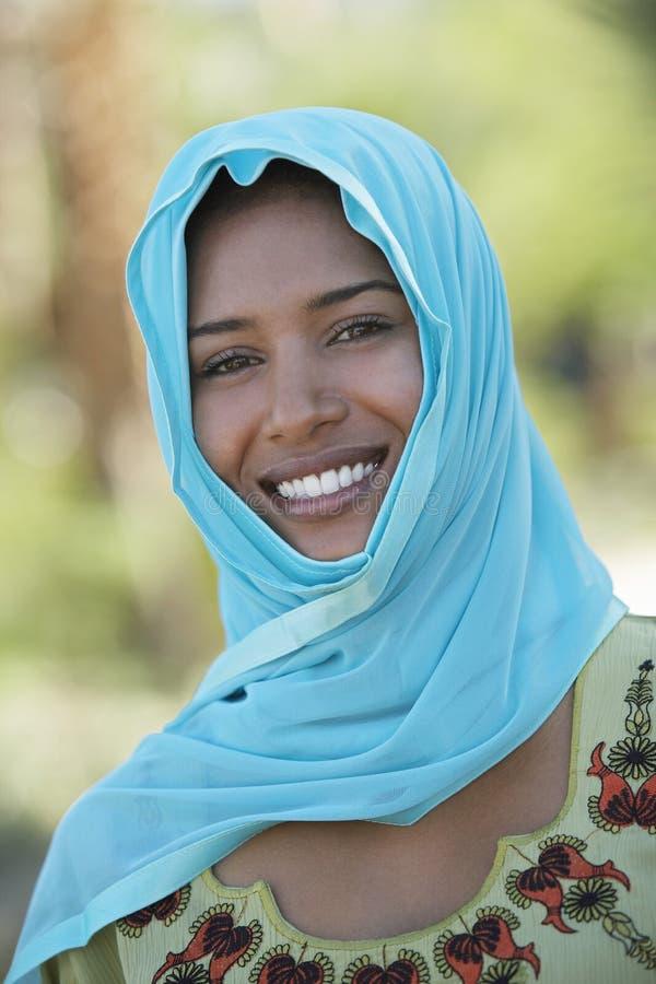 Sourire musulman de femme image stock
