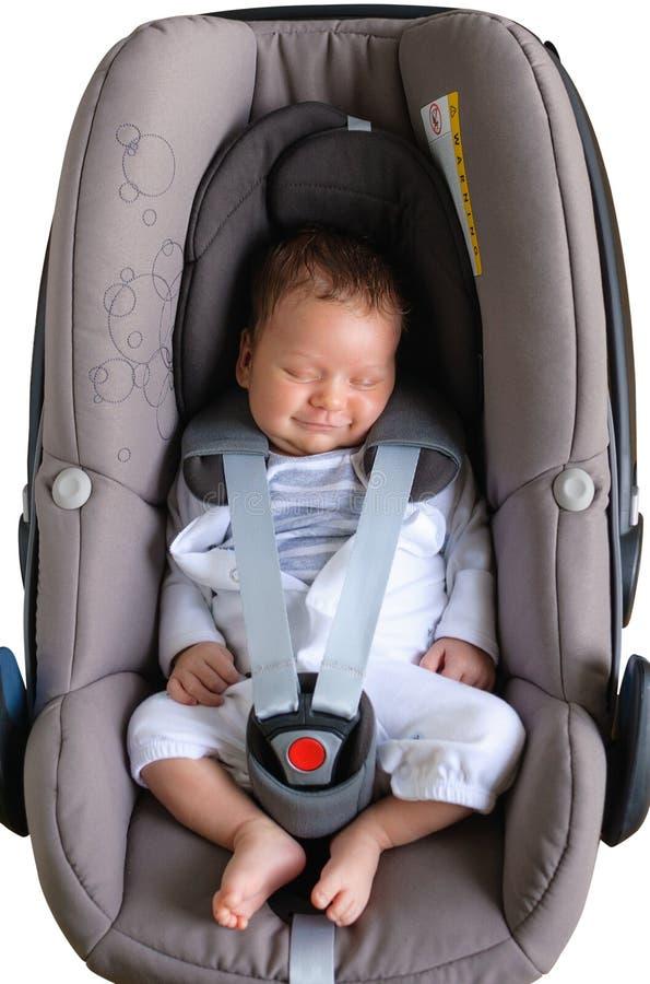 Sourire nouveau-né mignon dans le siège de voiture image libre de droits