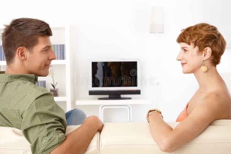 Sourire parlant de jeunes couples photos stock