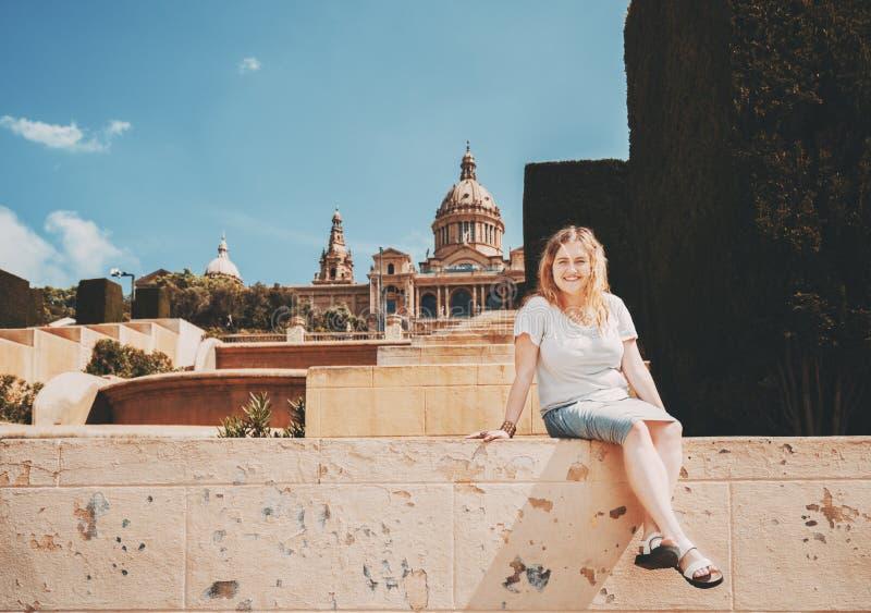 Sourire plus la fille de modèle de taille sur des escaliers image libre de droits
