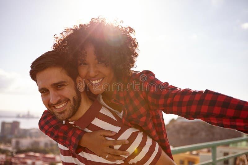 Sourire pour de jeunes couples milennial d'appareil-photo photo libre de droits
