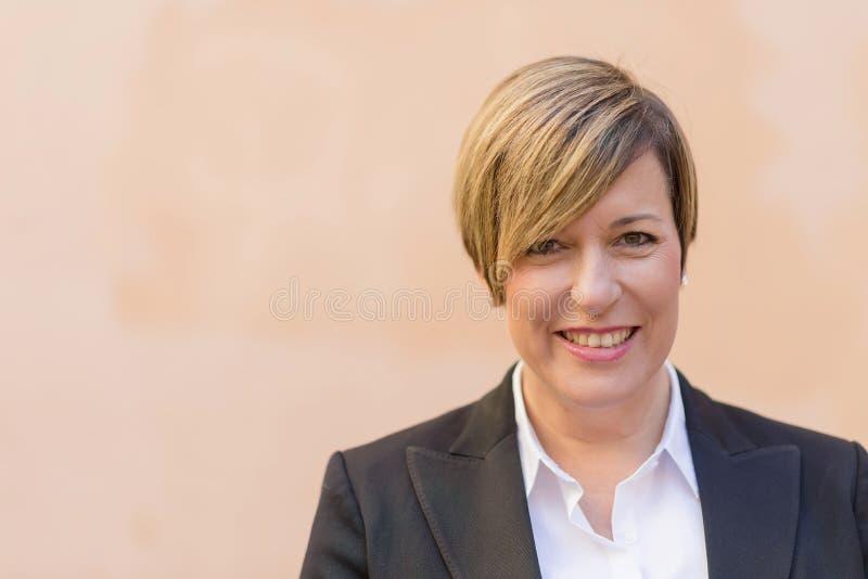 Sourire professionnel de femme d'affaires extérieur photo libre de droits