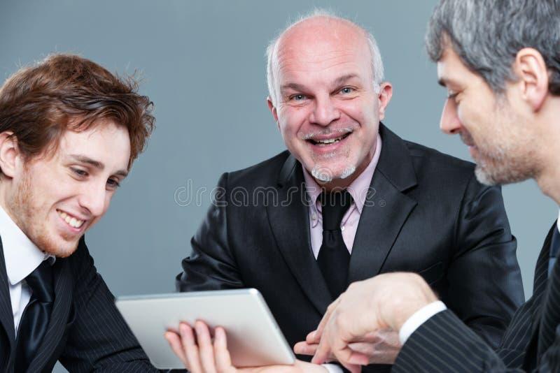 Sourire réussi heureux d'équipe d'affaires images stock