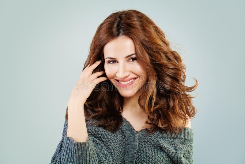 Sourire roux heureux de femme beau rouge de modèle de cheveu bouclé images libres de droits