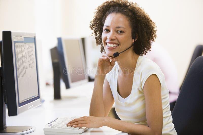 Sourire s'usant d'écouteur de femme images libres de droits
