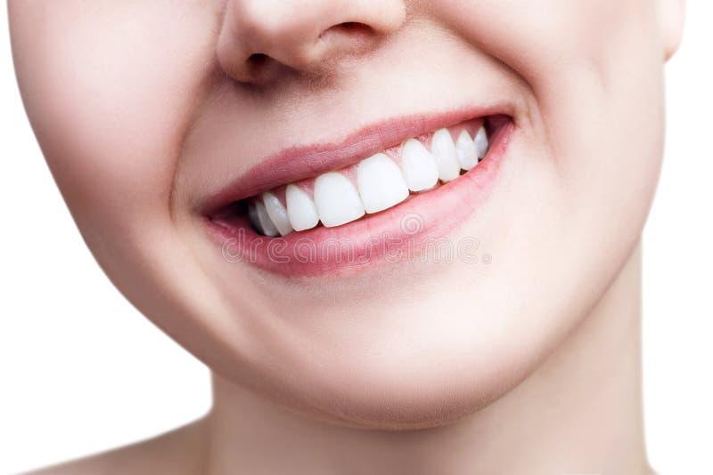 Sourire sain en gros plan de jeune femme image libre de droits