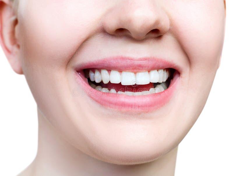 Sourire sain en gros plan de jeune femme Dents blanches parfaites photos libres de droits