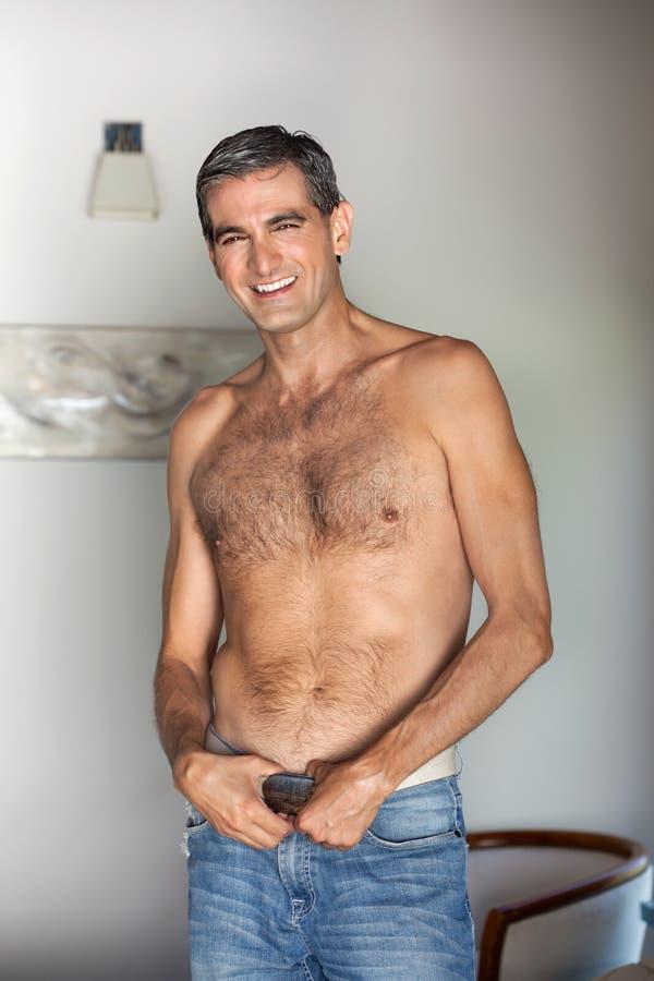 Sourire sans chemise d'homme photos libres de droits