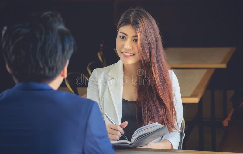 Sourires asiatiques de femme d'affaires dans un amical pour rencontrer l'entretien d'affaires image stock