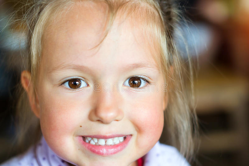 Sourires de bébé, montrant les dents blanches photographie stock libre de droits