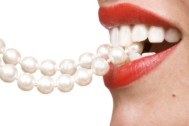 Sourires de femme affichant les dents blanches photographie stock