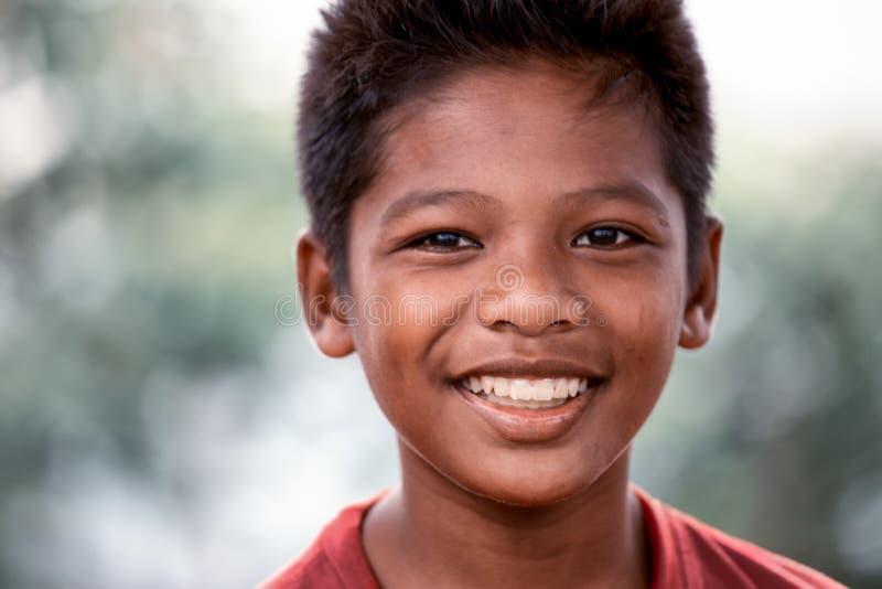 Sourires de garçon de Yung Malaysian gaiement photographie stock libre de droits