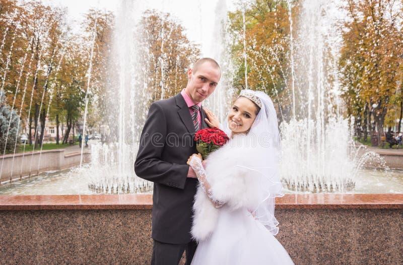Sourires heureux de jeunes nouveaux mariés image stock