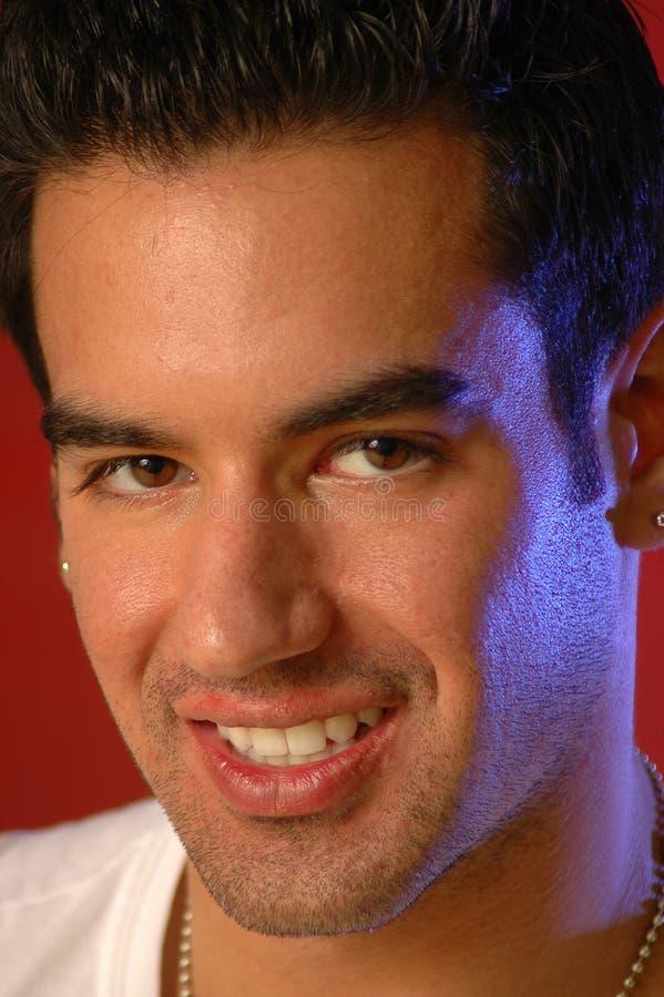 Sourires sur un mâle non rasé photo stock