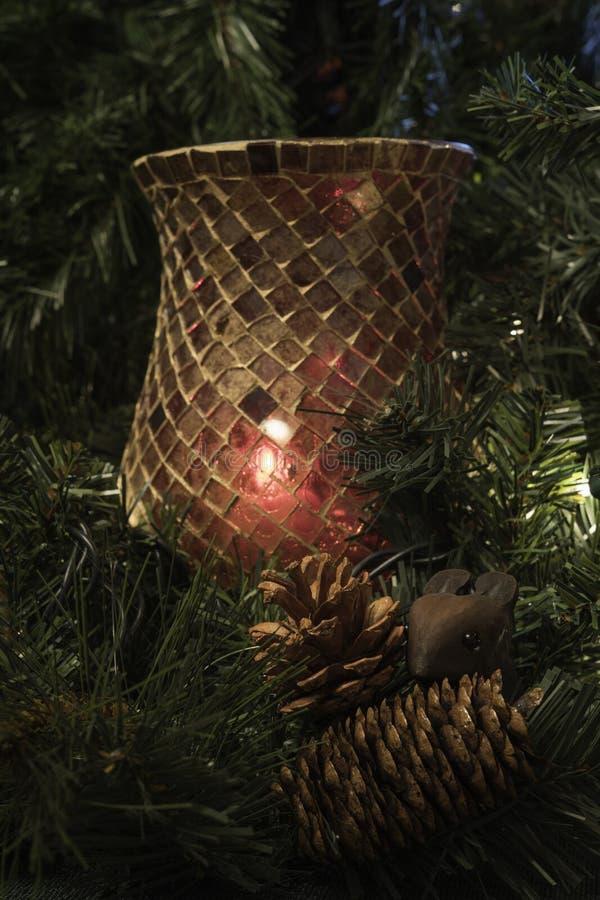 Souris avec des cônes de pin devant le bougeoir de verre de mosaïque photos libres de droits