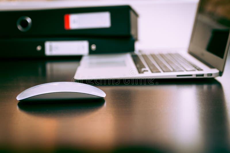 Souris avec le bureau d'ordinateur portable photographie stock