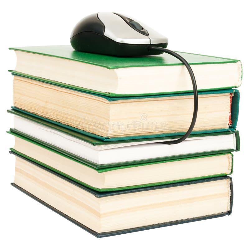 Souris d'ordinateur sur la pile de livres photographie stock libre de droits
