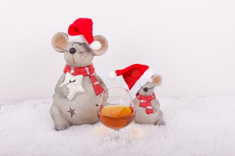 Souris de Noël avec le verre de cognac dans la neige photos stock