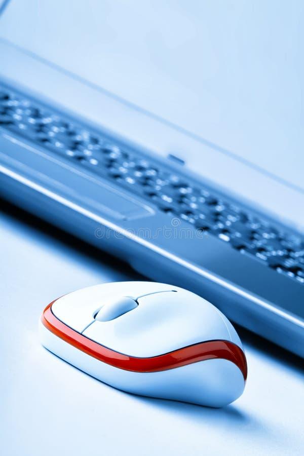Souris et ordinateur portable images libres de droits