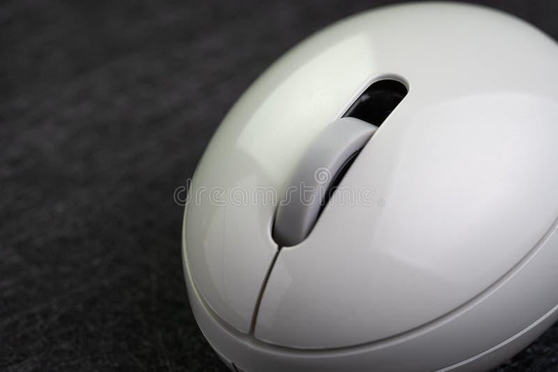 Souris sans fil propre blanche d'ordinateur sur le fond noir foncé avec l'espace de copie employant comme clic par le taux, vente images stock