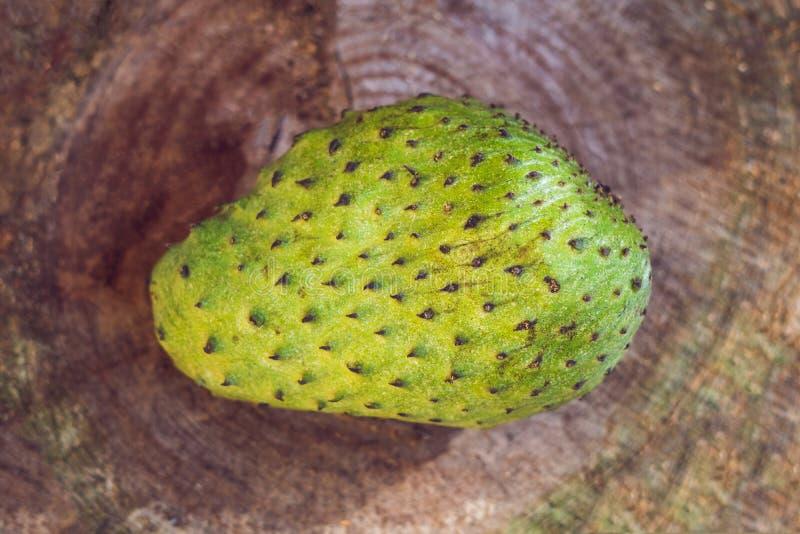 Soursop Guanabana, vaniljsås Apple, Annona som är muricata på träbräde arkivfoto