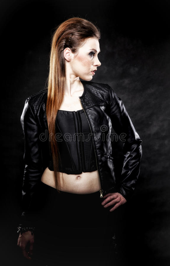 Fille punk de beauté en cuir, culture secondaire photographie stock libre de droits
