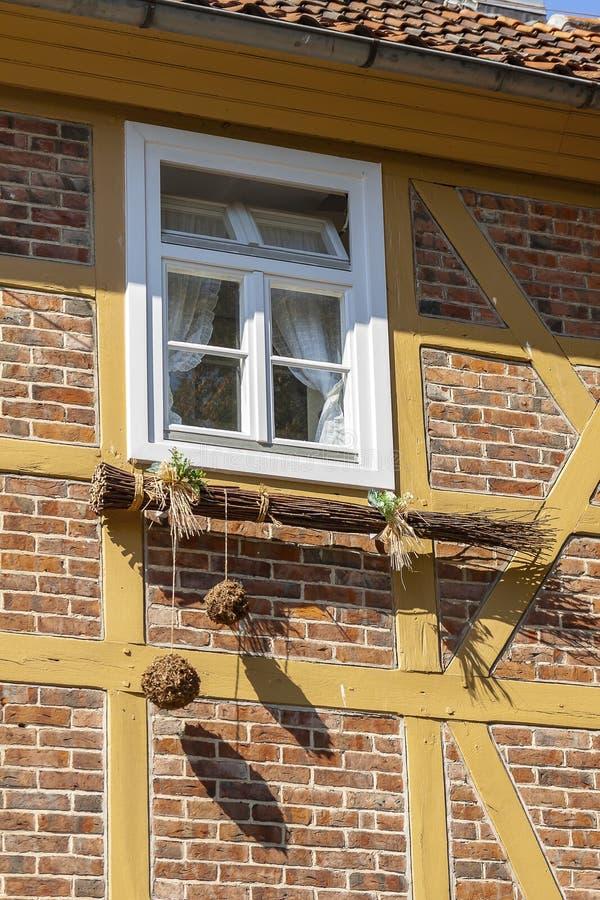 Sous la fenêtre accroche un grand balai avec de grandes boules photographie stock libre de droits