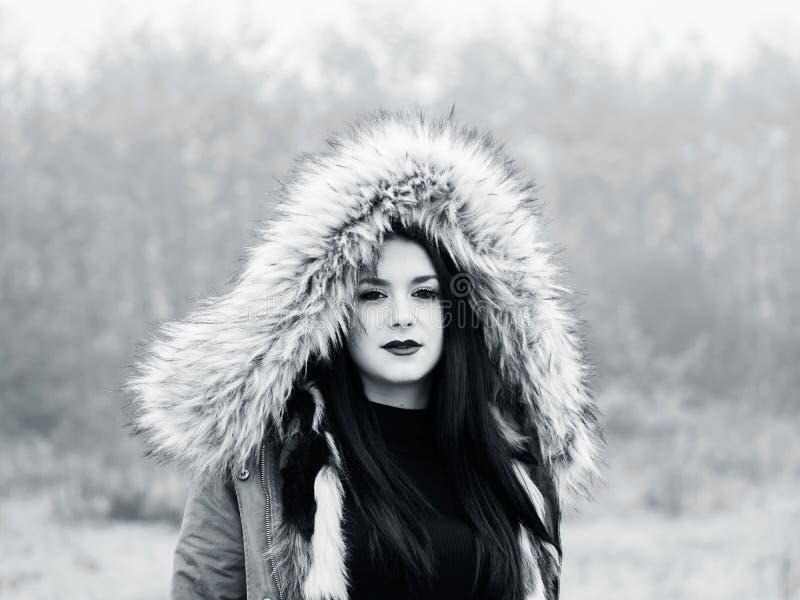 Sous la fille d'ado de capot photographie stock libre de droits