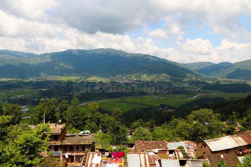 Sous la montagne dans Changu Narayan photographie stock