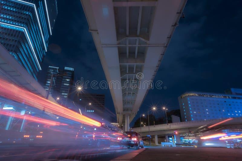 Sous la route à Tokyo par nuit, le feu de signalisation traîne avec l images stock