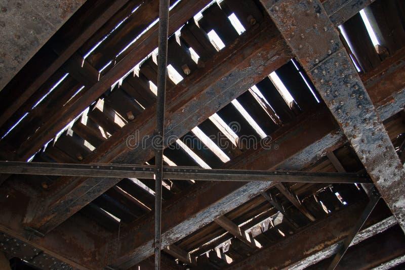 Sous le côté du vieux pont en chemin de fer images libres de droits