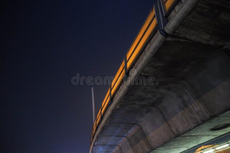 Sous le chemin de fer du skytrain image stock