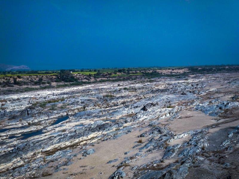 Sous le ciel bleu se trouve la terre texturisée photographie stock libre de droits