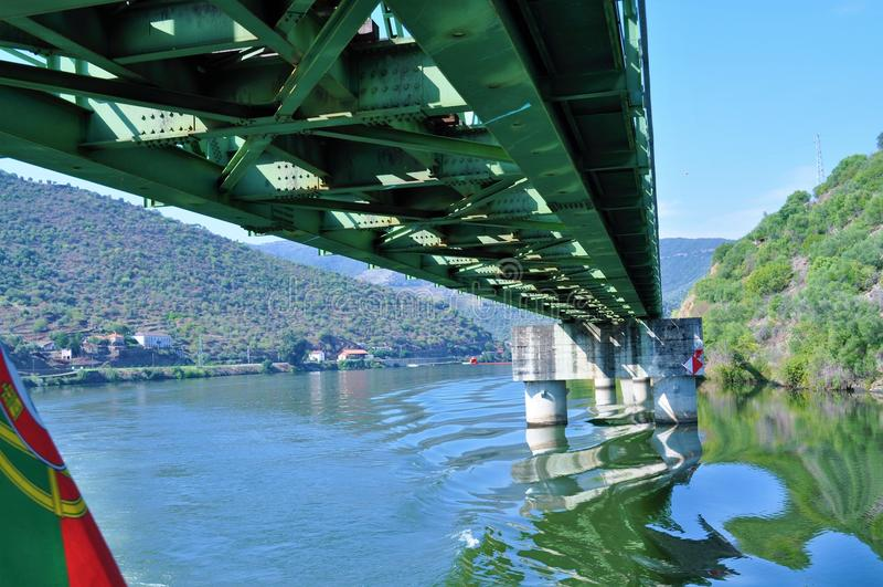 Sous le pont - rivière de Douro photographie stock libre de droits