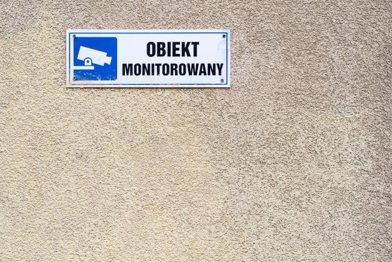 sous le texte visuel de surveillance dans le symbole polonais et bleu de télévision en circuit fermé sur photographie stock
