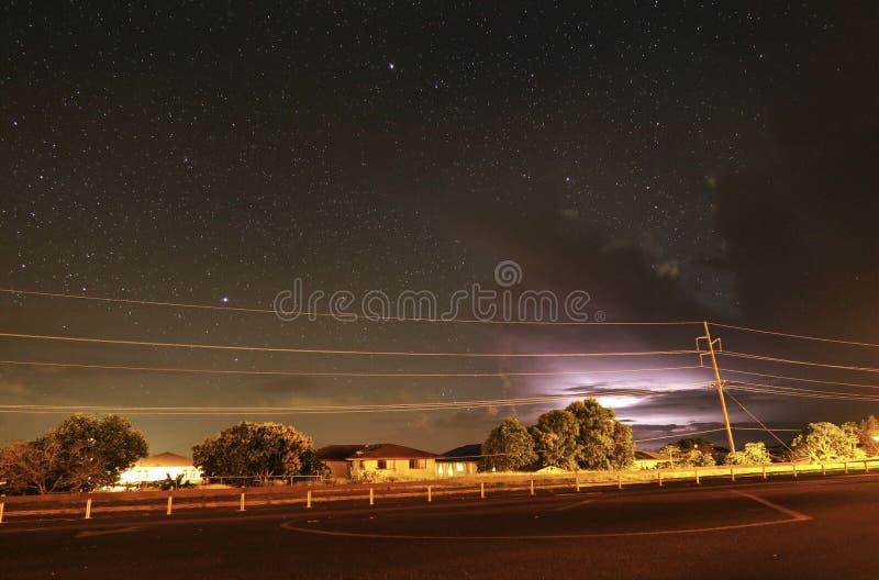 Sous les étoiles avec la foudre avant vos yeux image libre de droits