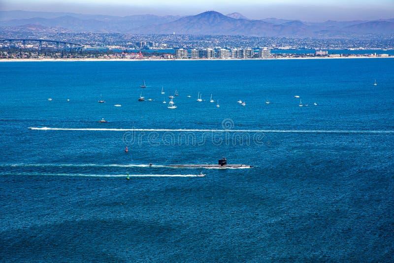 Sous-marin laissant le port avec la ville de San Diego dans la distance photo libre de droits