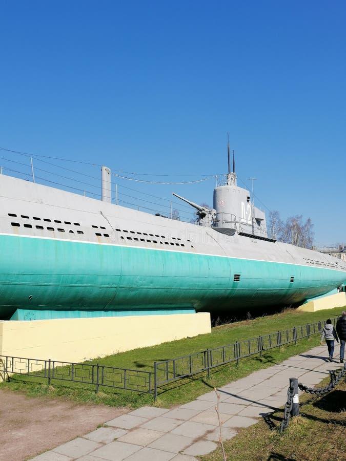 sous-marin sur un piédestal dans la place photographie stock libre de droits