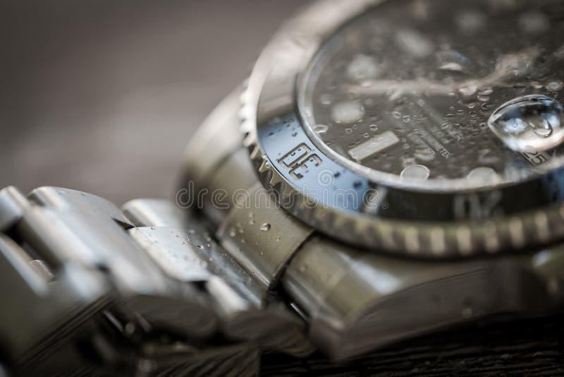 Sous-marinier de Rolex Plan rapproché, centre peu profond d'un iconique, Suisse-fait hommes le ` s plongeurs mécaniques montre photo stock