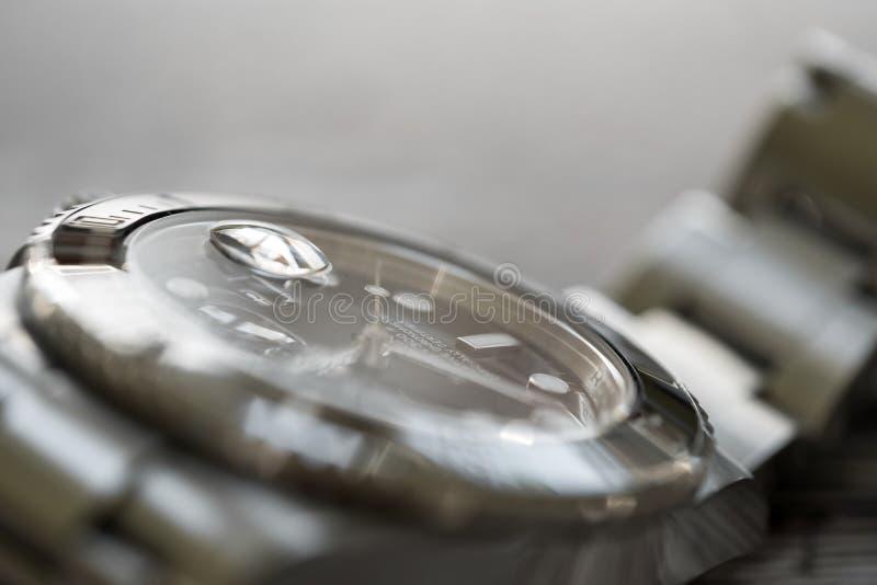 Sous-marinier de Rolex Plan rapproché, centre peu profond d'un iconique, Suisse-fait hommes le ` s plongeurs mécaniques montre photos libres de droits