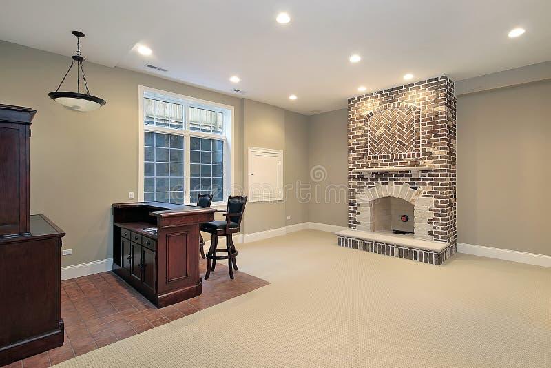 Sous-sol avec la cheminée de brique images stock