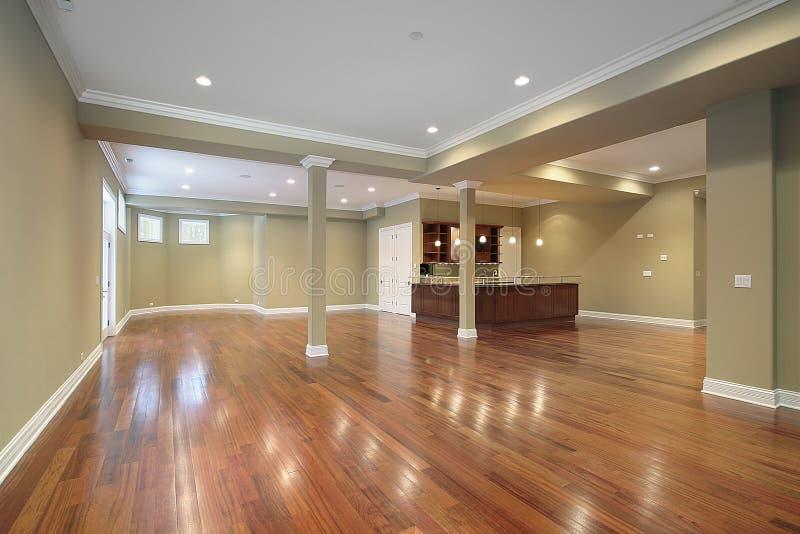 Sous-sol avec la cuisine dans la maison de construction neuve photographie stock libre de droits