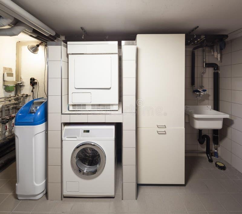 Sous-sol avec la machine à laver image stock