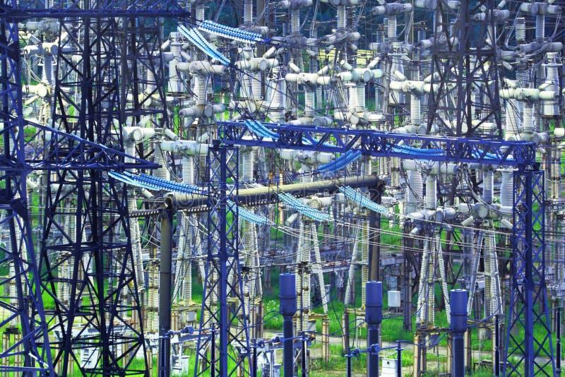 Sous-station électrique à haute tension pour la production et la distribution du courant électrique avec l'illumination de nuit photos libres de droits