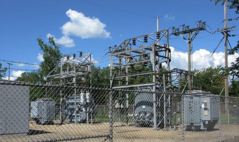 Sous-station électrique électrique clôturée images stock