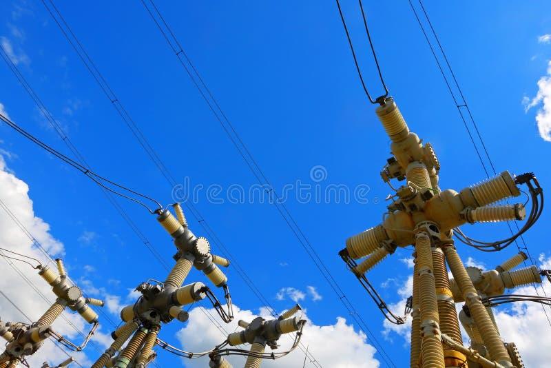Sous-station électrique dans un jour ensoleillé lumineux avec le ciel bleu photo stock