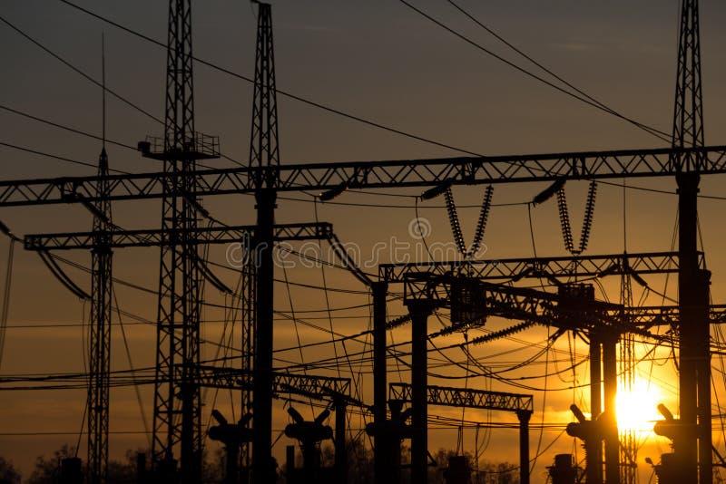 Sous-station électrique sur le fond de coucher du soleil image stock