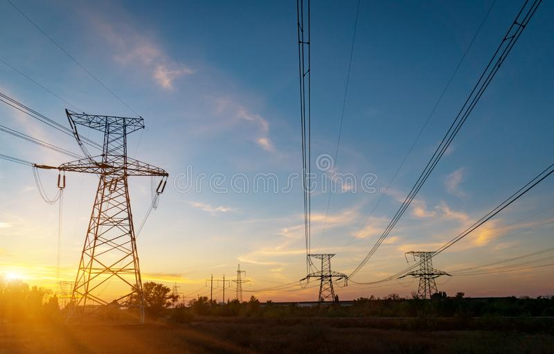 Sous-station ?lectrique de distribution avec des lignes ?lectriques et des transformateurs, au coucher du soleil photo stock