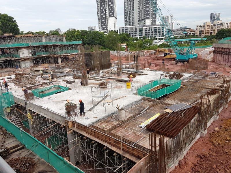 Sous-structure et superstructure de construction en construction suivre la méthode coupée ouverte photographie stock libre de droits