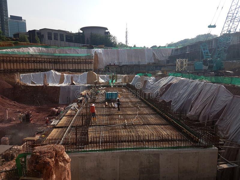 Sous-structure et superstructure de construction en construction suivre la méthode d'ouvert-coupe images stock